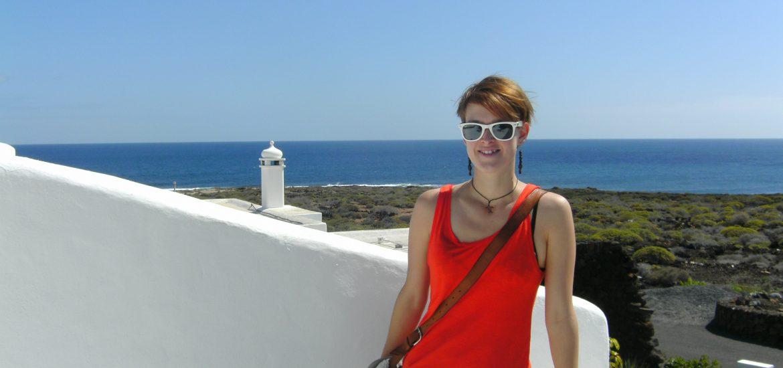 Larissa vor weiß getünchtem Haus auf Lanzarote